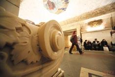Скамейка из храма Христа Спасителя на станции метро «Новокузнецкая»