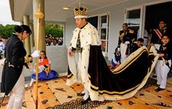 Король Тонга Тупоу V во время официального приема