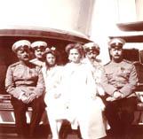 Саблин Николай Павлович (слева), младшие дочери царя и офицеры