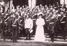 Офицеры Уланского полка, на переднем плане император Николай II, шеф уланского полка Александра Федоровна и командир полка Орлов Александр Афиногенович