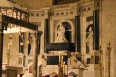 Усыпальница Бона Сфорца в Базилике Святого Николая, Италия