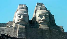 Скульптуры императоров Ян и Хуан