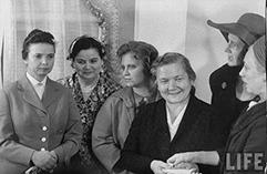 Хрущева Нина Петровна четвертая слева