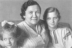 Хрущева Нина Петровна в центре